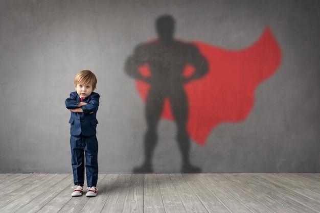 Un enfant heureux veut devenir un super héros.