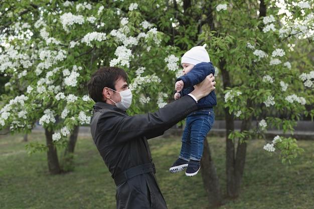 Enfant et homme en masque de protection médical dans la rue. épidémie de virus covid