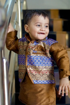 Enfant indien en costume traditionnel
