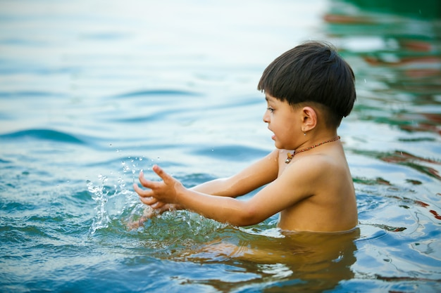 Enfant indien jouant dans l'eau