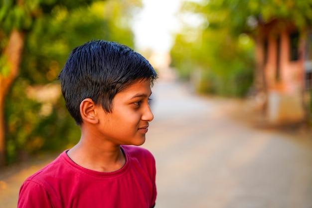 Enfant indien jouant en plein air