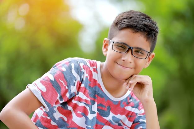 Enfant indien sur lunettes