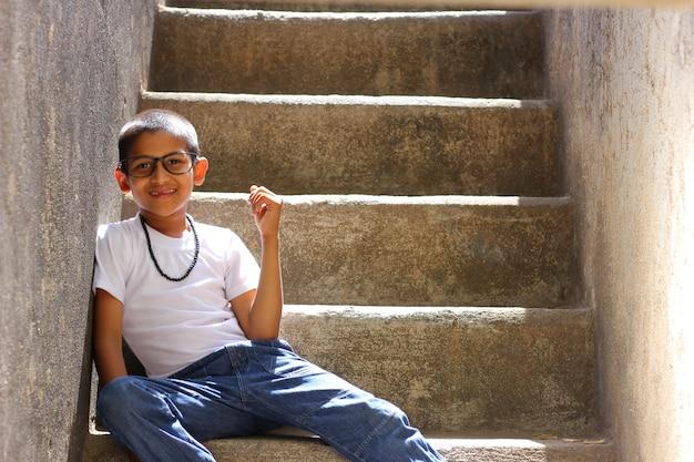 Enfant indien sur les lunettes