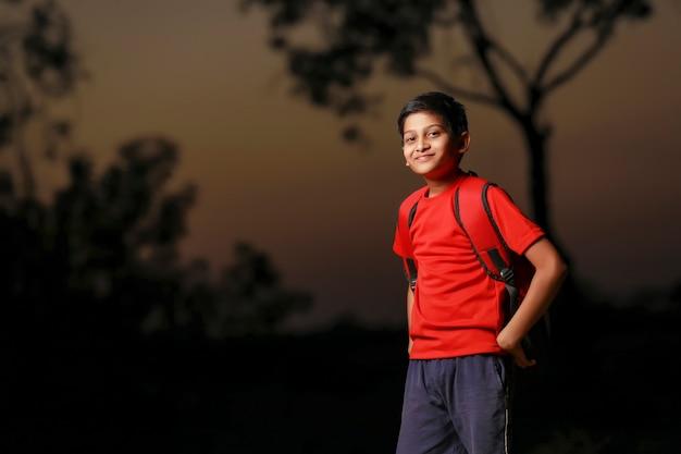 Enfant Indien Mignon Avec Sac De Sac Sur Rue Photo Premium