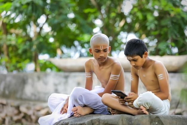 Enfant Indien Mignon Avec Tablette Photo Premium