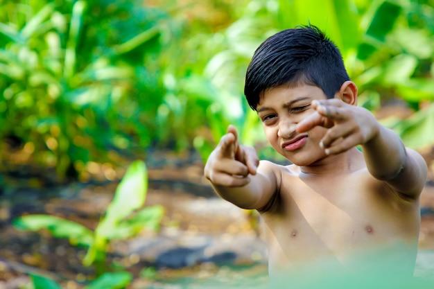 Enfant indien mignon