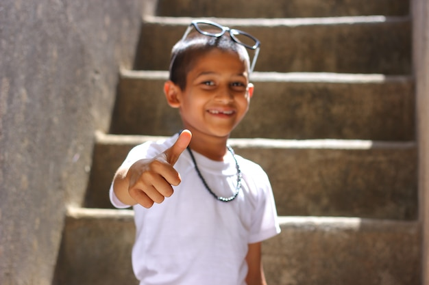 Enfant indien montrant coups