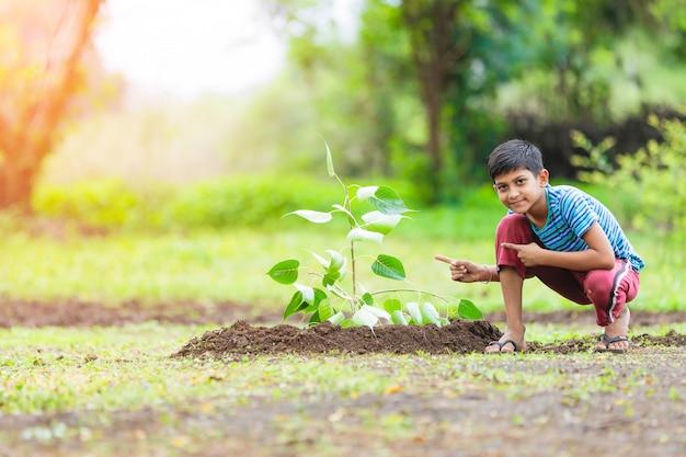 Enfant indien plantant un arbre