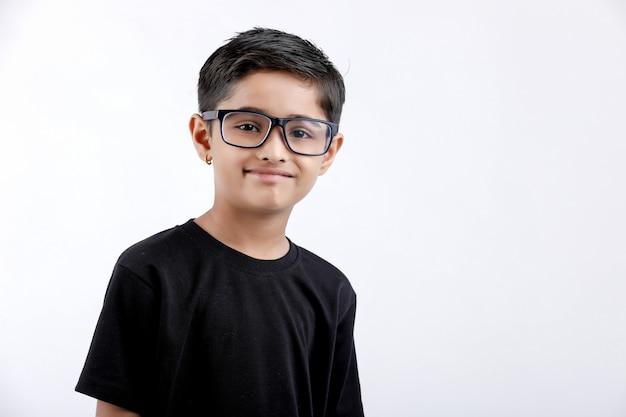 Enfant indien portant des lunettes isolé