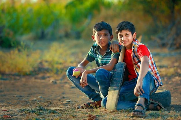 Enfant indien rural jouant au cricket