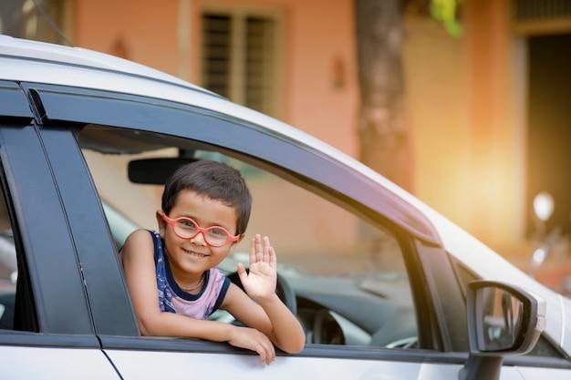Enfant indien en voiture
