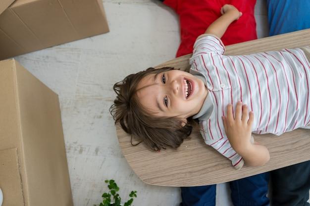 Enfant à l'intérieur de la maison moderne