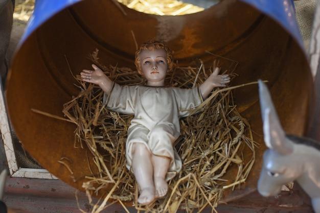 L'enfant jésus allongé dans un berceau de paille