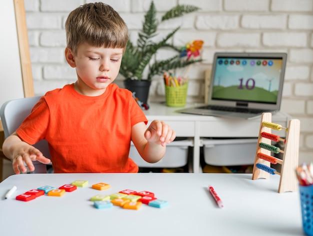 Enfant avec jeu de lettres