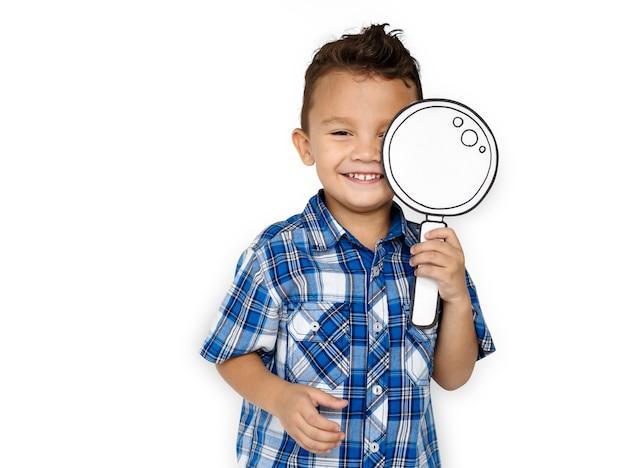 Enfant jouant à l'aide d'une illustration en forme de loupe