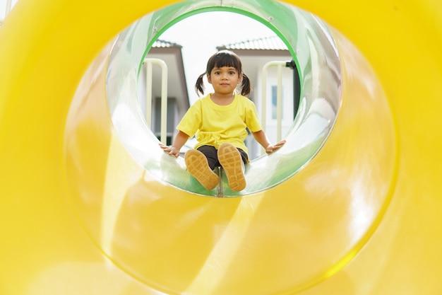 Enfant jouant sur une aire de jeux extérieure. les enfants jouent dans la cour de l'école ou de la maternelle.