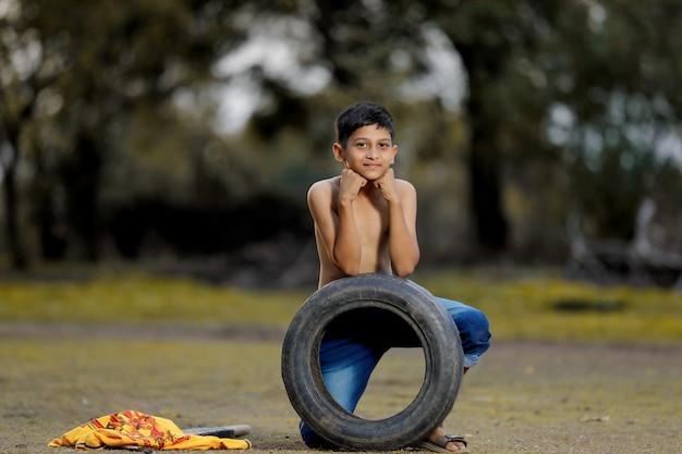 Enfant jouant au cricket