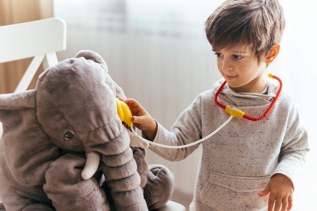 Enfant jouant au docteur