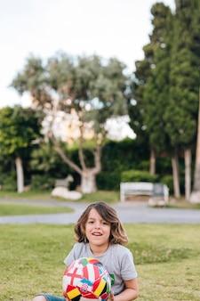 Enfant jouant avec un ballon de football