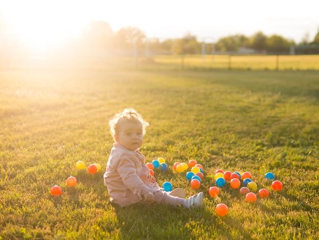 Enfant jouant avec des boules en plastique