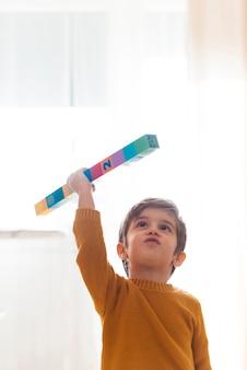 Enfant jouant avec des cubes