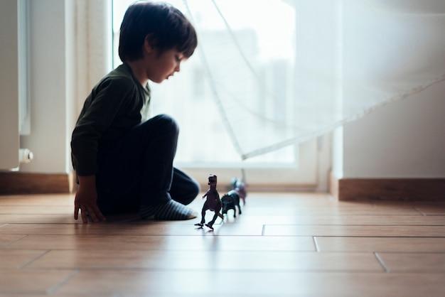 Enfant jouant avec des dinosaures