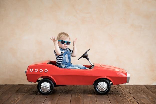Enfant jouant à la maison vacances d'été et concept de voyage