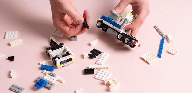 Un enfant jouant avec des pièces de constructeur de jouets, l'éducation et l'apprentissage