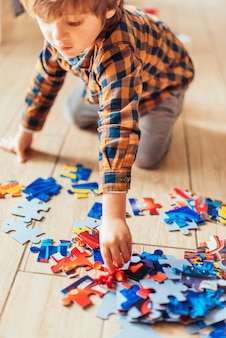Enfant jouant avec un puzzle