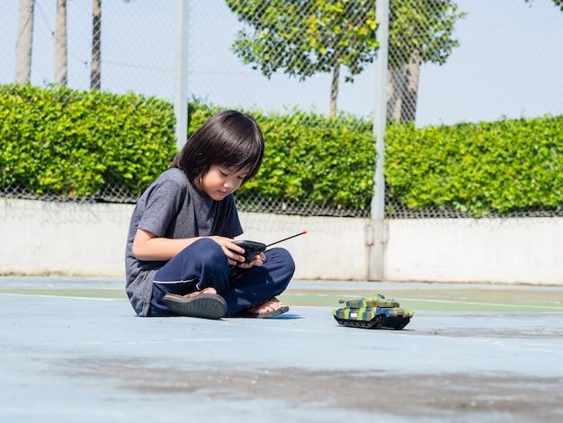 Enfant jouant avec un réservoir à jouets, mode de vie pour enfants concept.