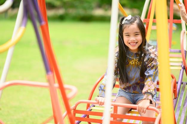 Enfant jouant s'amuser sur l'aire de jeu