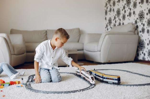 Enfant jouant avec un train jouet dans une salle de jeu