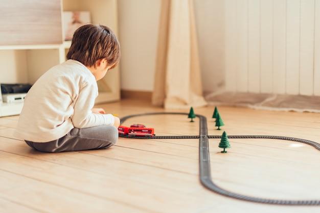 Enfant jouant avec un train jouet
