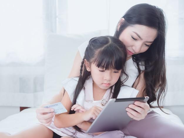 L'enfant joue au lit avec sa mère