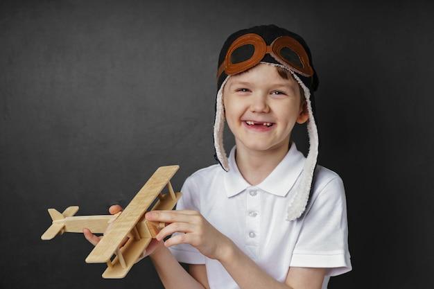 Enfant joue avec un avion en jouet à la maison