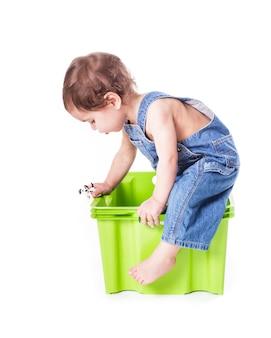 L'enfant joue avec le conteneur