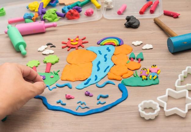 L'enfant joue et crée des jouets à partir de pâte à modeler et d'argile à modeler.