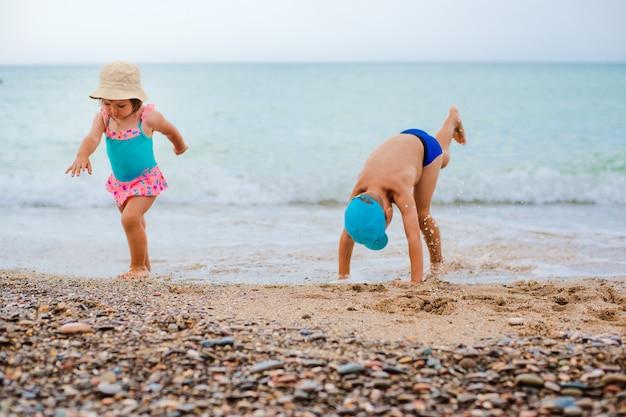 L'enfant joue et éclabousse dans la mer