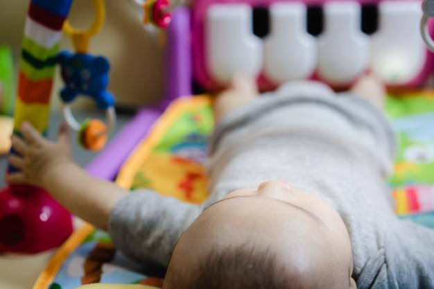 L'enfant joue avec une poupée en plastique coloré