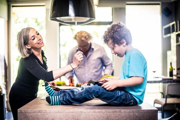 Enfant joue avec tablette
