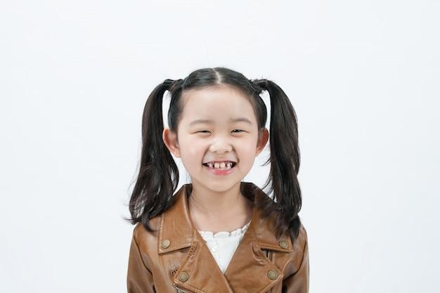 Un enfant joue avec la vue de face sur un fond blanc.