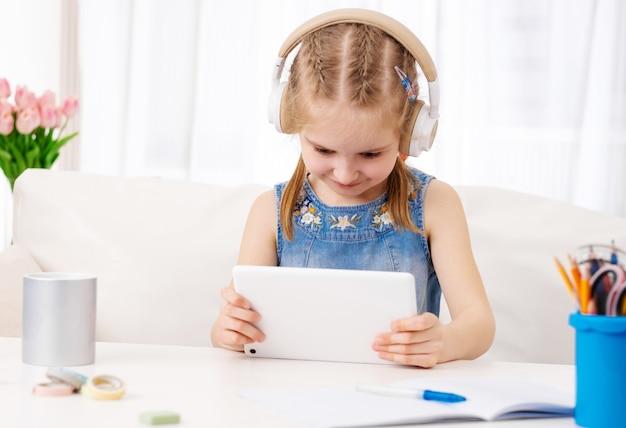 Enfant, jouer, jeux, tablette, maison