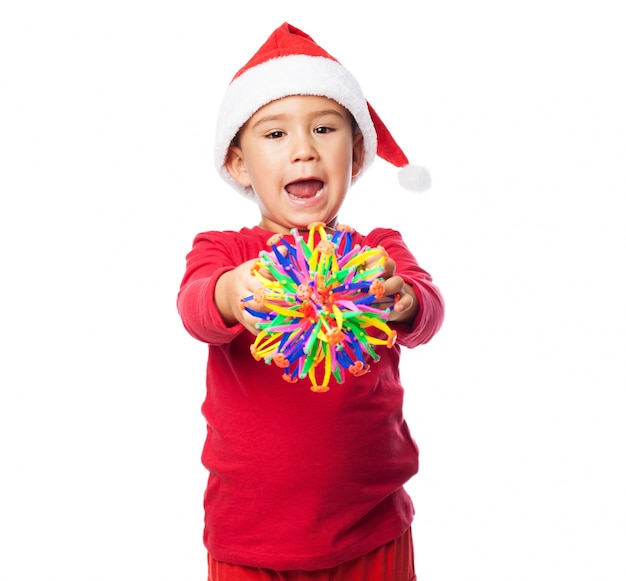 Enfant avec un jouet