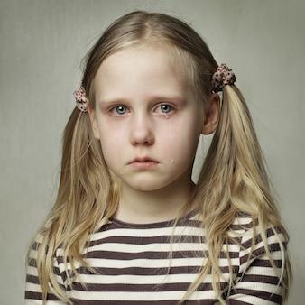 Enfant avec des larmes - jeune fille qui pleure, portrait d'art