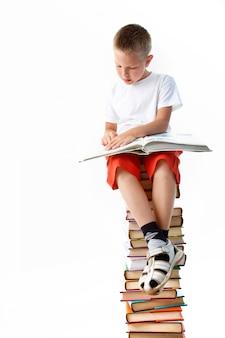 Enfant lecture en appréciant