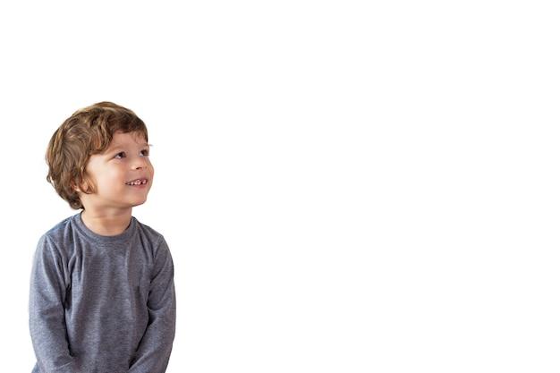 Enfant levant les yeux