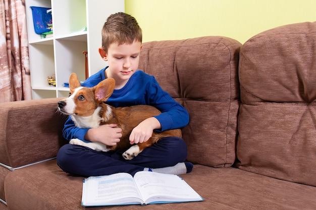 Un enfant lit un livre avec son chien