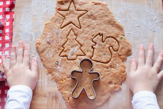 Enfant, mains, pâte, pain épice, homme, noël
