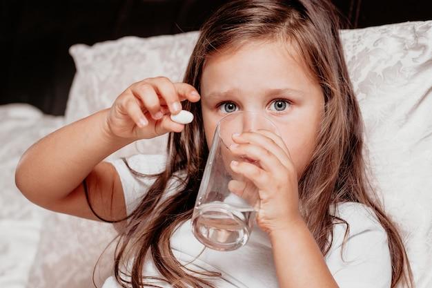 Enfant malade buvant des médicaments contre le rhume