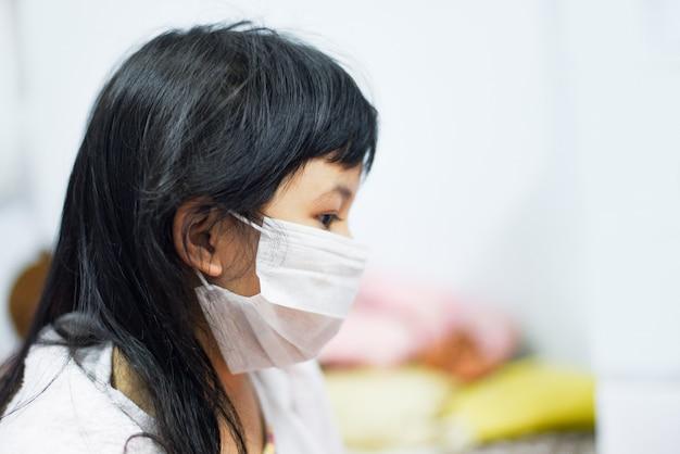 Enfant malade coronavirus en chine pathogène propagation de la grippe dans le monde. risque de pandémie de virus 2019-ncov sur les vêtements de petite fille protéger le masque médical